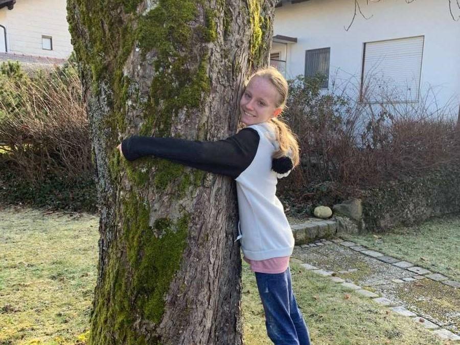 Louisa-umarmt-einen-Baum